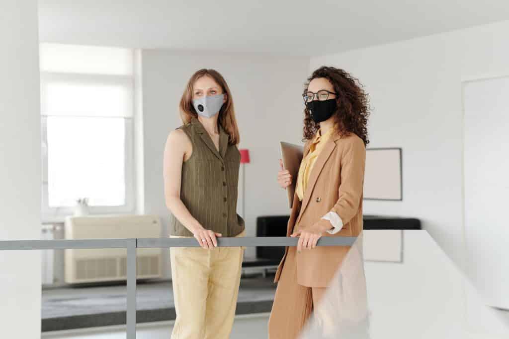 samen met maskers tijdens de coronacrisis
